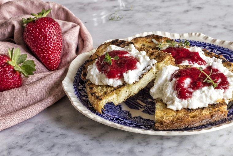 pane di matera, confettura fragole e timo limone, ricotta, ricetta