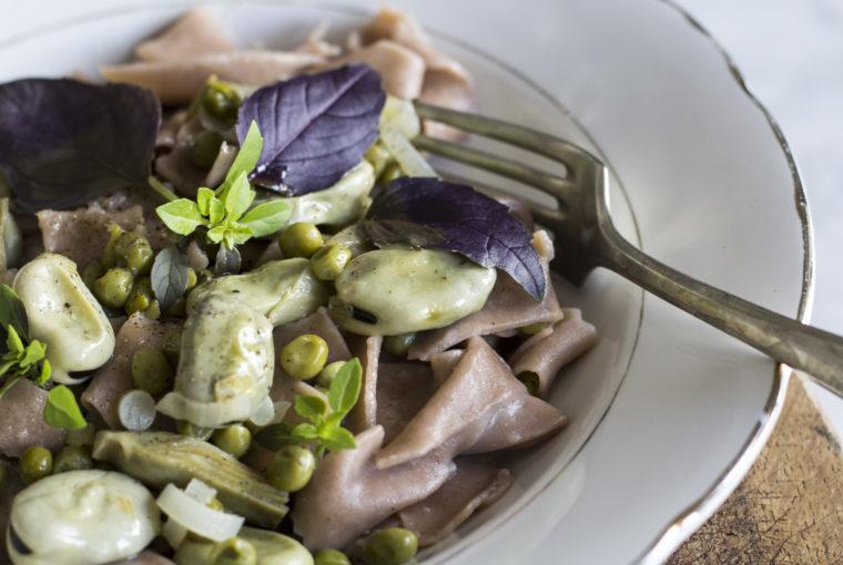 pappardelle, carciofi, cipolla, piselli, fave, pasta, farina di castagne
