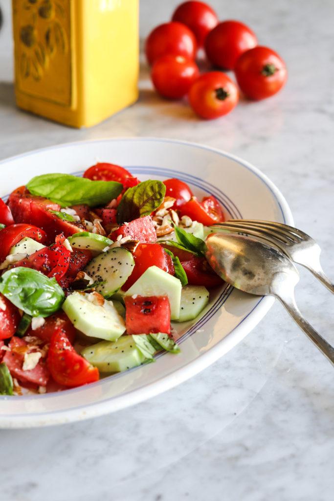 insalata, anguria, cetriolo, basilico, posate