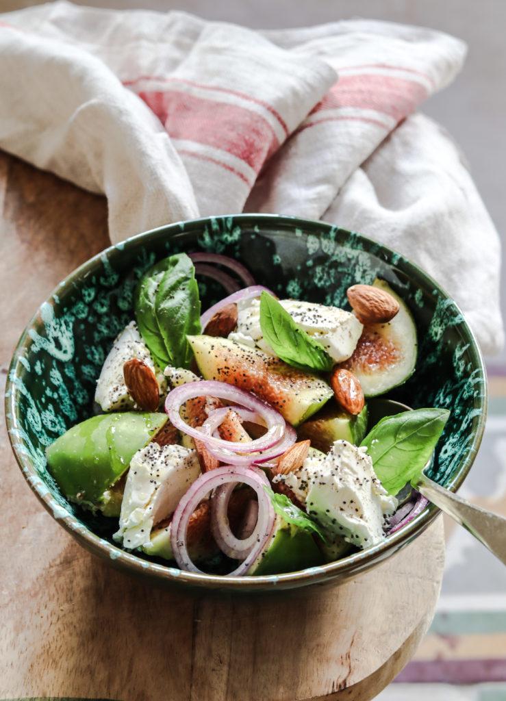 insalata, fichi, caprino, basilico ,cipolla, mandorle